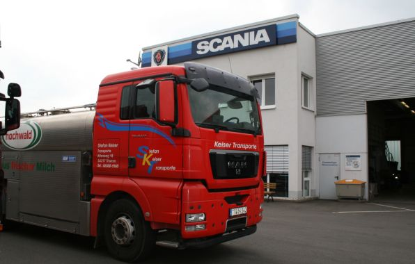 En Allemagne, un camion M.A.N. entre dans une concession Scania.