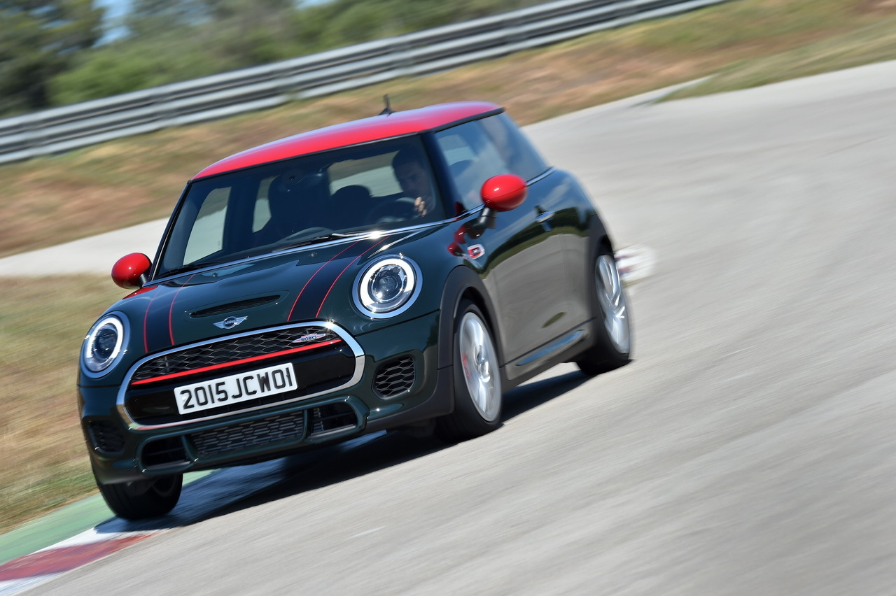essai mini jcw 2015 231 ch dans une mini l 39 argus. Black Bedroom Furniture Sets. Home Design Ideas