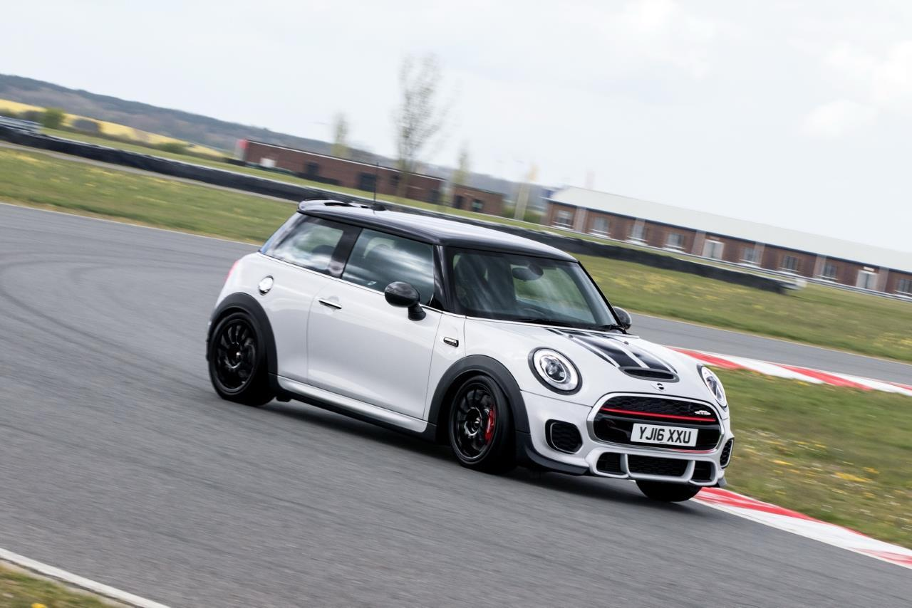 mini john cooper works challenge la course dans le sang l 39 argus. Black Bedroom Furniture Sets. Home Design Ideas