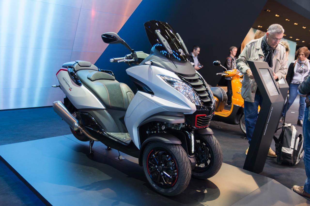 motos scooters des nouveaut s deux roues au mondial de l 39 auto 2016 scooter peugeot. Black Bedroom Furniture Sets. Home Design Ideas