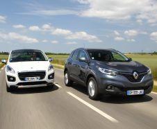 Nouveau Renault Kadjar 2015 Zen gris et Peugeot 3008 Feline blanc roulant de front sur une route de campagne
