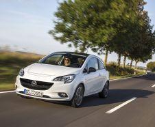 Opel Corsa 2016 Cosmo blanche à trois portes roulant sur une route bordée d'arbres vue avant gauche