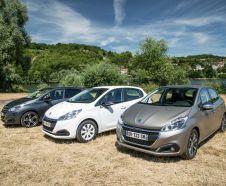 Trois Peugeot 208 restyl�es 2015 gar�es cote a cote sur l'herbe