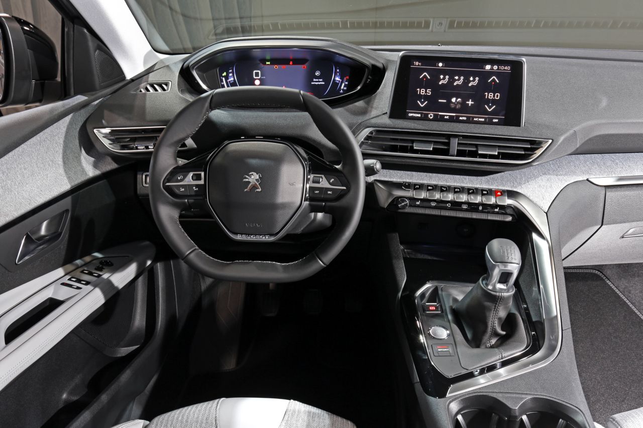 Le nouveau peugeot 3008 face aux suv concurrents photo for Interieur 3008 2017