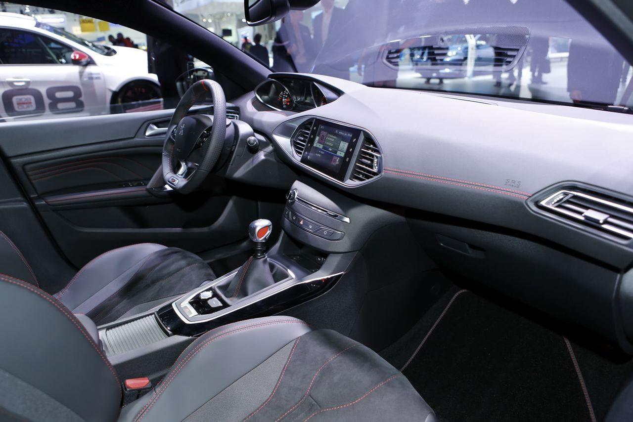 Peugeot 308 gti vs vw golf gti clubsport le match depuis for Interieur golf v gti