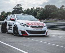 Peugeot 308 Racing Cup Peugeot Sport blanche et noir roulant sur un circuit vue avant droite