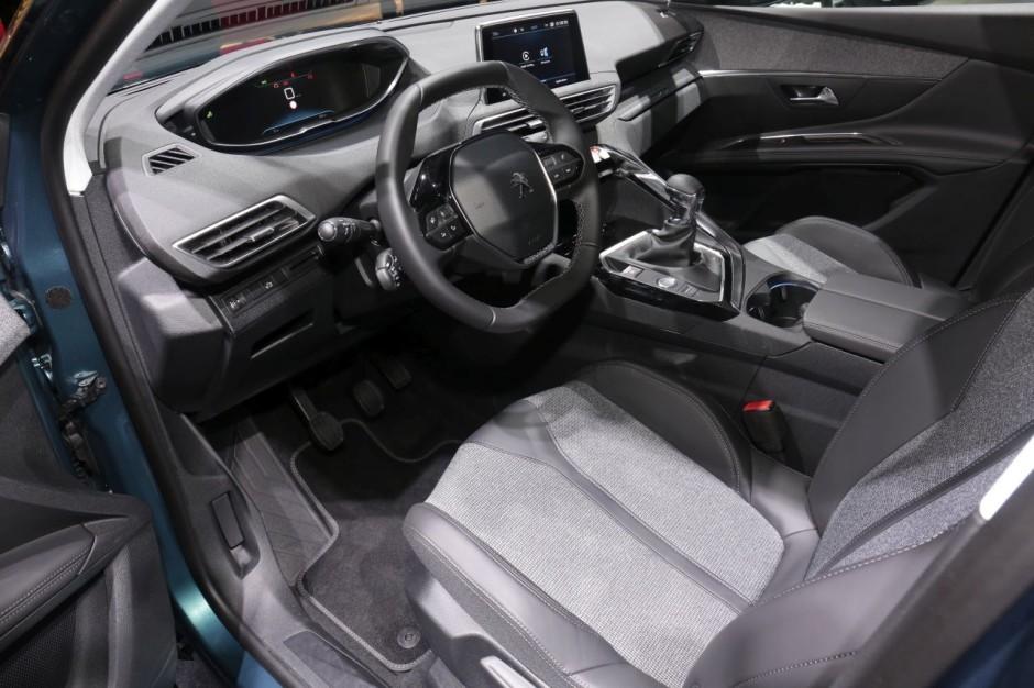 Peugeot 5008 2 premi res impressions bord du nouveau for Interieur peugeot 5008