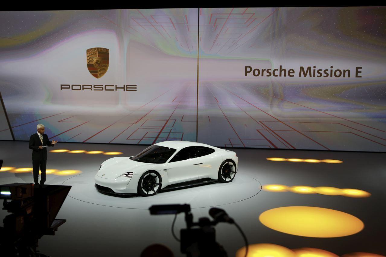 Porsche mission e en route pour la vraie vie l 39 argus for Moquette route voiture