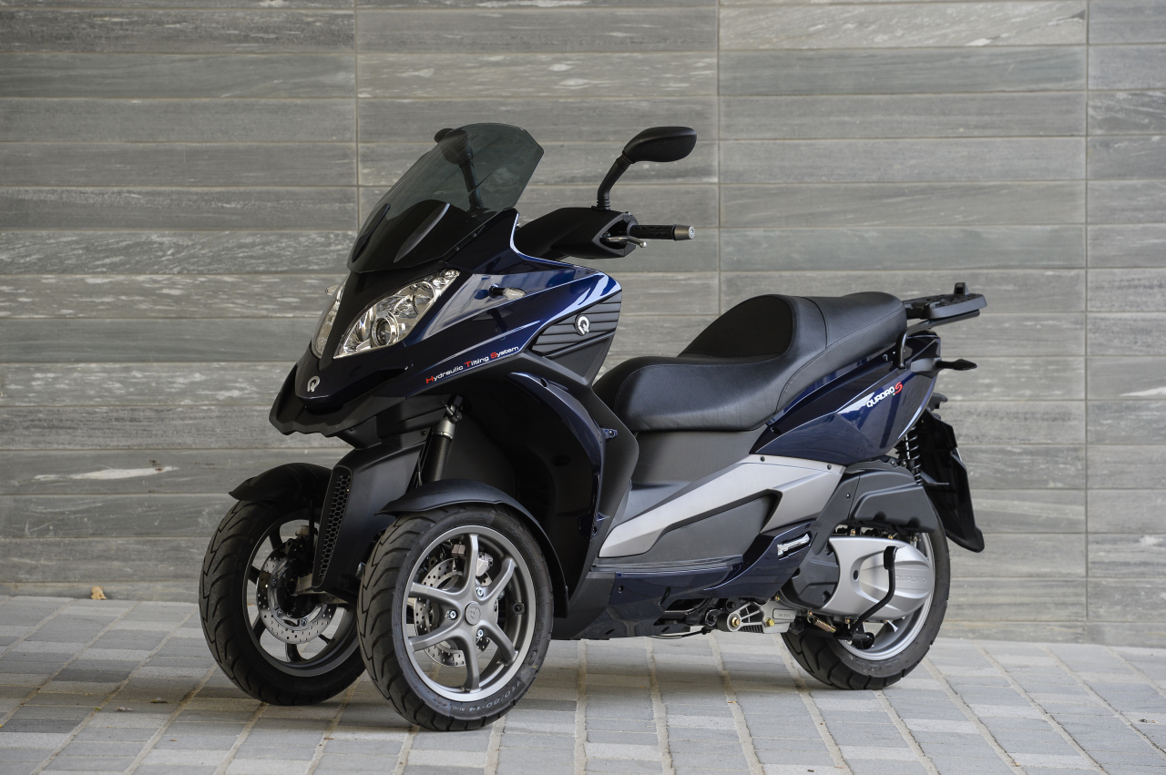 essai du scooter trois roues quadro 3d 350s l 39 argus. Black Bedroom Furniture Sets. Home Design Ideas