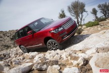 Land Rover Range Rover rouge tout terrain chemin