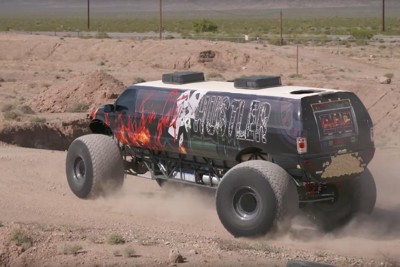 top des records automobiles les plus dingues du monde le monster truck le plus long du monde. Black Bedroom Furniture Sets. Home Design Ideas