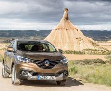 Renault Kadjar 4x4 2015 roulant sur un chemin de terre