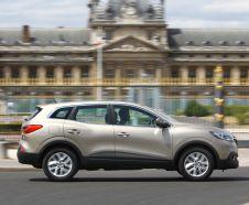 Renault Kadjar 2015 Tce 130 Life beige roulantdevant un b�timent vue profil droit