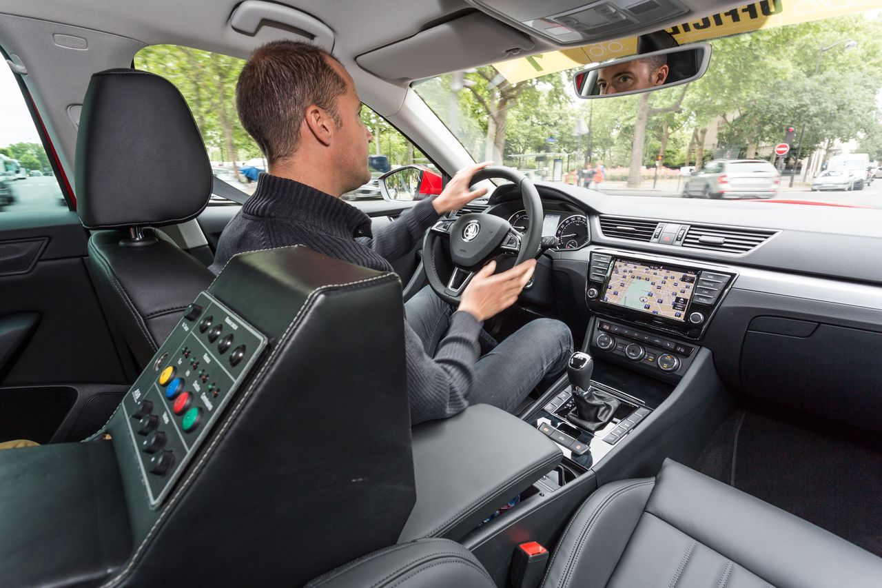 vid o au volant de la skoda superb du directeur du tour de france 2015 photo 46 l 39 argus. Black Bedroom Furniture Sets. Home Design Ideas
