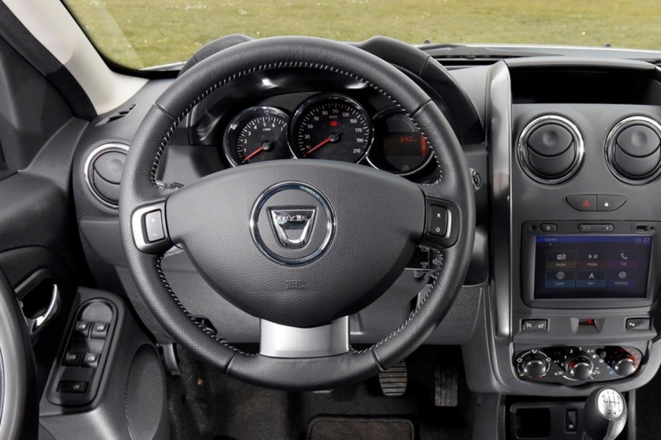 Dacia duster 2017 une photo du volant du futur duster for Interieur dacia duster