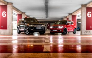 Land Rover Range Rover noir Suzuki Ignis rouge parking