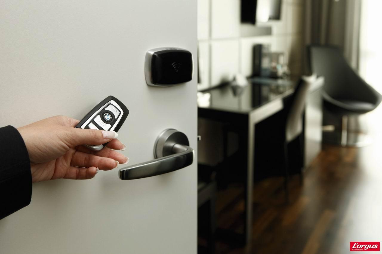 Чип NFC играет роль электронного ключа, отпирающего машину, квартиру