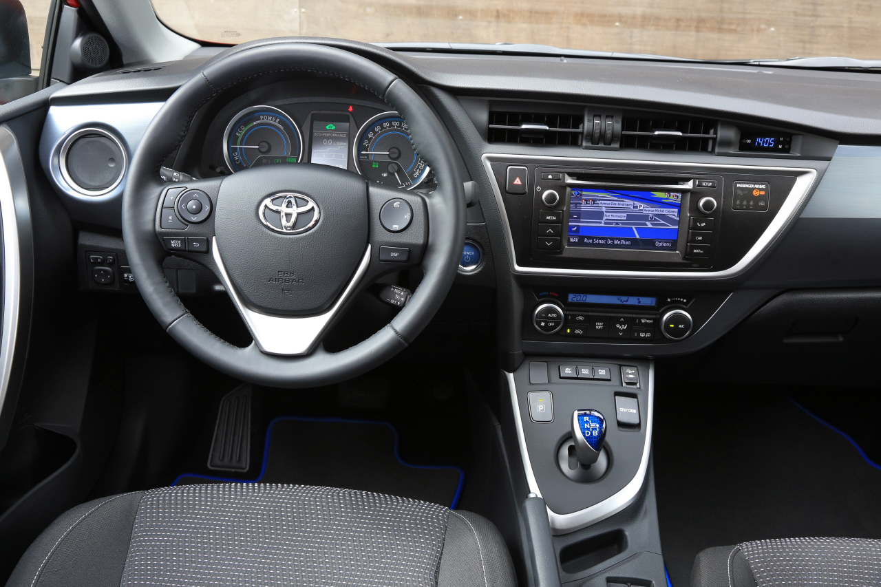 essai du break toyota auris touring sports 136h 2013 l 39 argus. Black Bedroom Furniture Sets. Home Design Ideas
