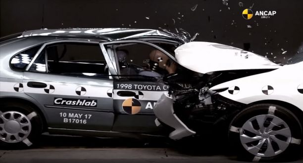 Crash test Toyota Corolla (1998) vs Toyota Auris (2015)