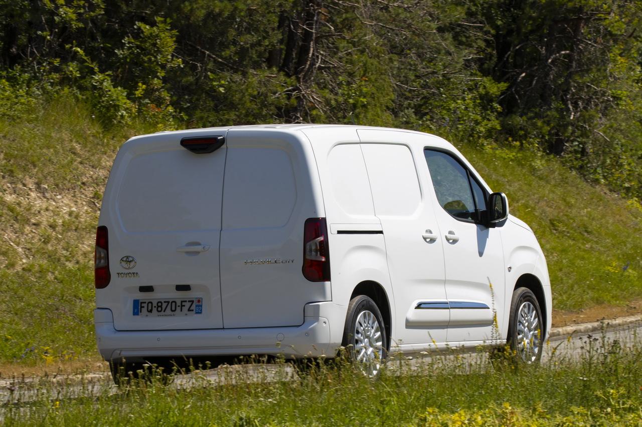 2018 - [Peugeot/Citroën/Opel] Rifter/Berlingo/Combo [K9] - Page 8 Toyota-proace-city-essai-2020-58redimensionner