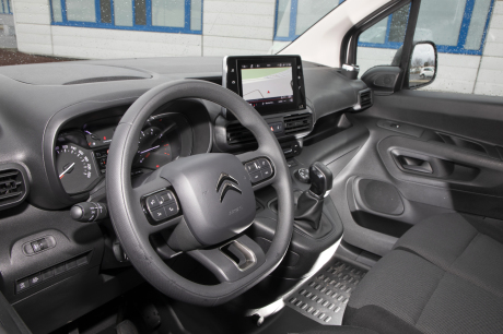 In the driving position, the implementation of the instrumentation is conventional. The large central screen is touch-sensitive.