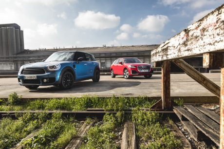 Mini Countryman 2017 bleu vs Audi Q2 rouge vue avant