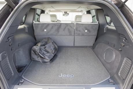essai jeep grand cherokee summit signature 2017 la bonne version l 39 argus. Black Bedroom Furniture Sets. Home Design Ideas