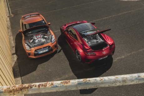 Honda NSX rouge vs Nissan GT-R orange capots ouverts