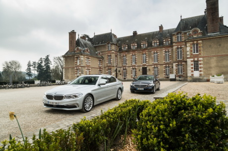 bmw serie 5 et mercedes classe e sur un parking