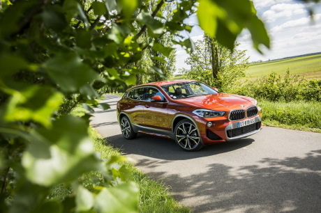 BMW X2 2018 M Sport orange statique avant droit