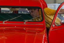 Damien, inspecte son auto ...