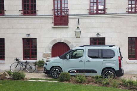 Le Citroën Berlingo affiche un style un peu plus personnel que son prédécesseur et se distingue nettement de ses cousins Peugeot Rifter et Opel Combo Life.