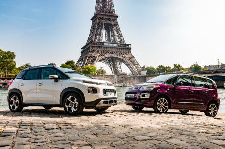 Citroën C3 Aircross blanc et Citroën C3 Picasso violet devant la Tour Eiffel