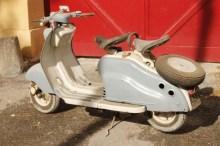 Ancien Scooter 70 motos et scooters anciens retrouvés dans une grange près de nîmes