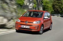 Volkswagen up! 2016 restylée : action travelling AV gauche version rouge montagne