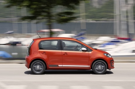 Volkswagen up! 2016 restylée: action filé droit version rouge