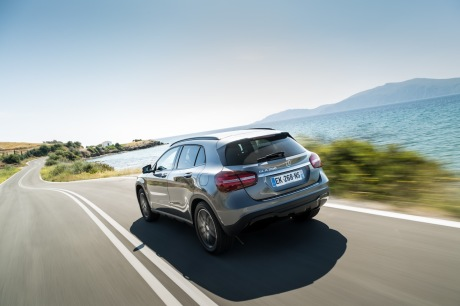 Mercedes GLA restylé : action travelling AR gauche vue mer