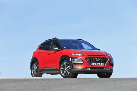 Hyundai Kona orange statique avant droit