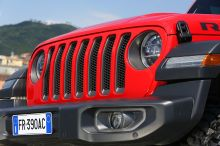 The Wrangler Gen IV takes on the square format that made Jeep famous. He just agreed to roll up his big grille a bit to produce less air and reduce his consumption.