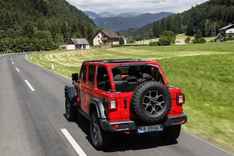 As he lifts the blanket, the Wrangler reveals the cage that surrounds his roof in the five-door version. His line suffers, but the benefit is twofold: chassis stiffness, reversing safety.
