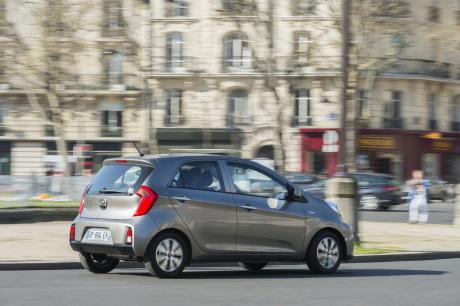 Kia Picanto 2015 Active 5 portes grise roulant en ville vue arrière droite