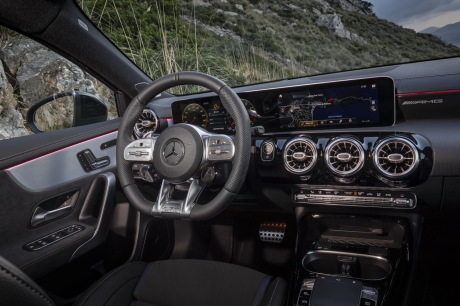 The AMG steering wheel with its flat, red nappa leather adds a sporty touch to the futuristic dashboard of the Mercedes A-Class AMG 35. With its long 20.5-inch screen. But suddenly it is the central central waves that seem too big and belong to the old days.