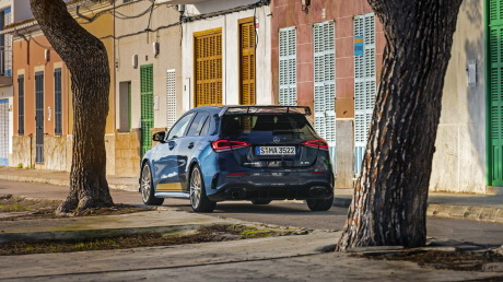 The limited edition Launch Series 1 revises the Mercedes A 35 AMG with a metallic blue denim finish and the rear wing cap of the Aérynamic pack: one must (€ 1,900, optional for the basic version).