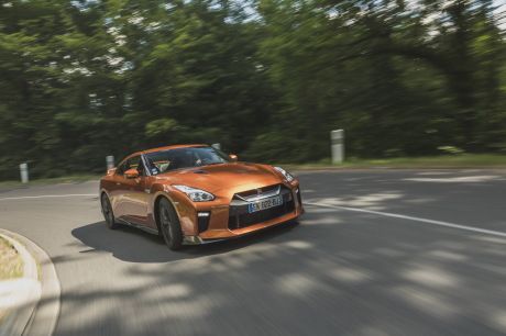Nissan GT-R 2017 orange viue avant en virage