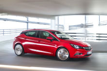 Opel Astra rouge travelling avant droit