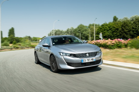 Peugeot 508 grise Allure travelling dans un rond point