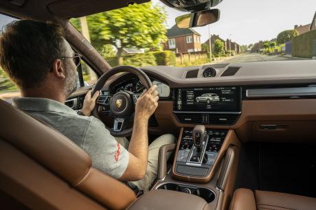 Pilote de tableau de bord Porsche Cayenne Turbo S E-Hybrid Coupe 2019