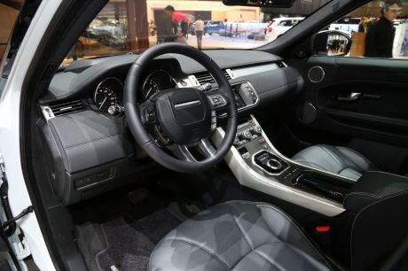 Gen ve 2015 premi re mondiale pour le range rover evoque for Interieur range rover evoque