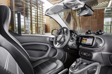 Nouvelle smart fortwo cabrio 2015 premi res photos for Smart interieur