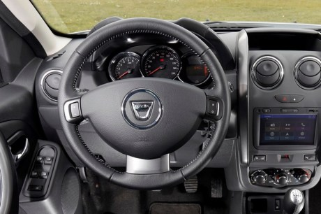 dacia duster 2017 une photo du volant du futur duster 2 l 39 argus. Black Bedroom Furniture Sets. Home Design Ideas